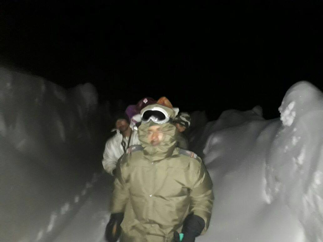 At 10,000 Feet, Indian Army Rescues An Ambulance With A Pregnant Lady And 8 People