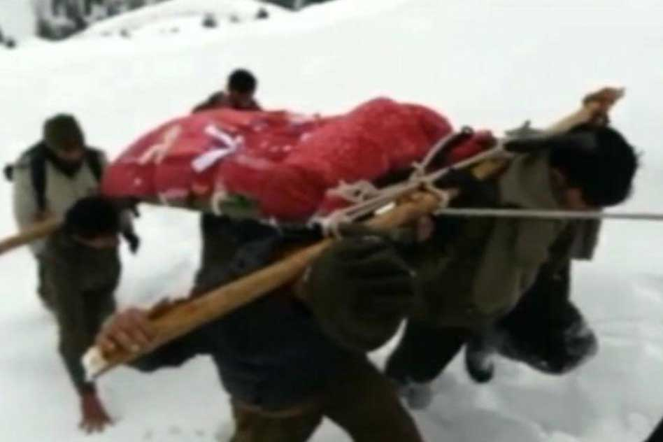Soldier Carries His Mother Over 30 Km In 10-Foot Deep Snow To Perform Last Rites