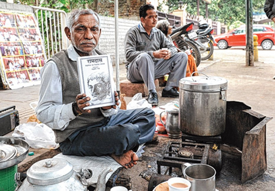[Watch/Read] The Author Who Is Selling Tea As Well As His Own Books On The Streets Of Delhi