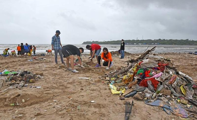 lewis-pugh-at-versova-jetty-clean-up_cd540a18-5bf5-11e6-92e9-543a978214ab