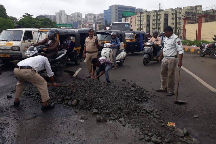 Mumbai Traffic Police Fill Potholes
